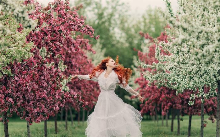 Rote Haare Mädchen Tanzen Blumen Bäume Frühling Bokeh Hd